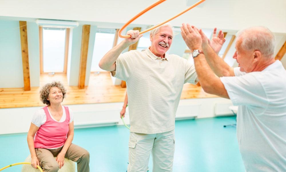 El ejercicio físico es importante en cualquier edad, pero sobre todo es muy recomendable durante la vejez. Descubre 5 actividades para personas mayores que ayudarán a reforzar su musculatura y sus capacidades cognitivas.