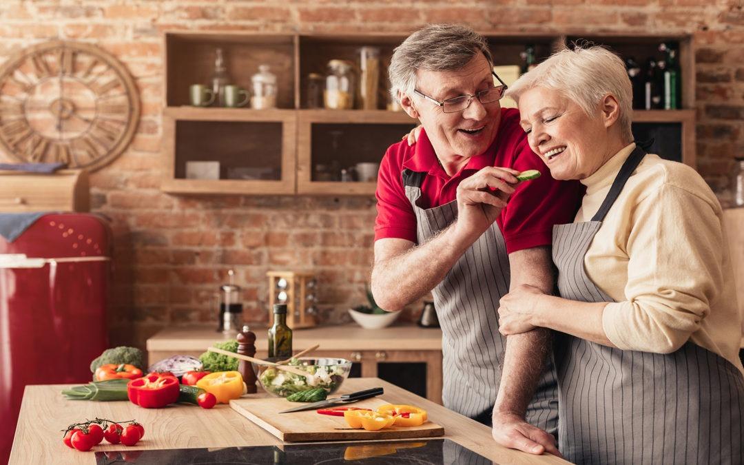 El cuidado de la alimentación cuando llegamos a la tercera edad es vital para tener una buena salud. Debemos mantener una dieta sana rica en nutrientes.